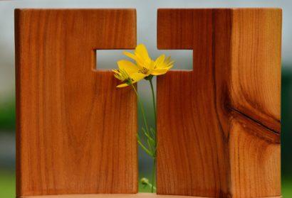 Kreuz Ausschnitt in Holz mit Blume