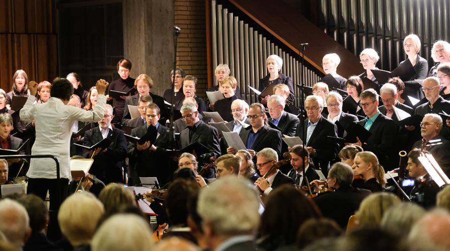 Uraufführung Luther-Oratorium in der Friedenskirche Molzhausweg unter der Leitung von Dorothea Haverkamp