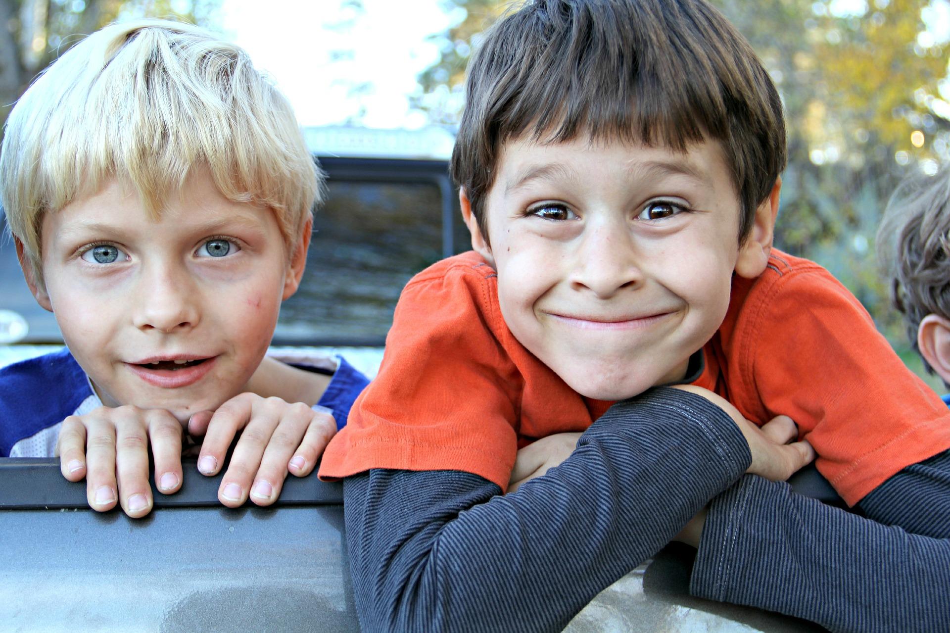 zwei glückliche Jungs