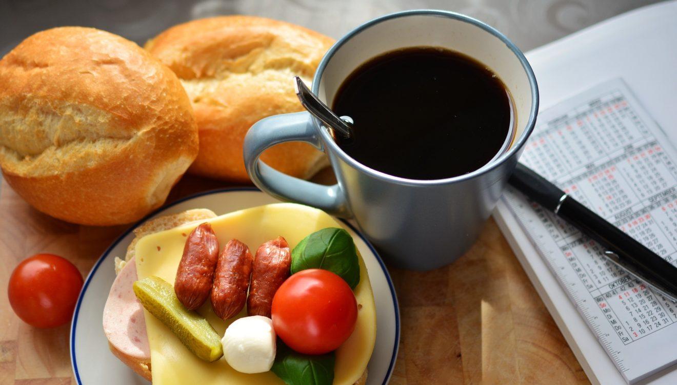 Frühstück, Kaffee und Brötchen