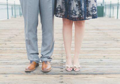 Mann und Frau stehen auf Steg