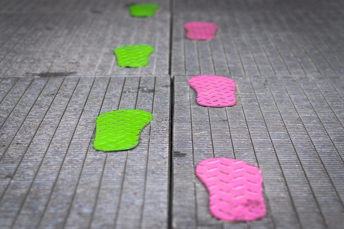 Unterschiedliche Fußspuren