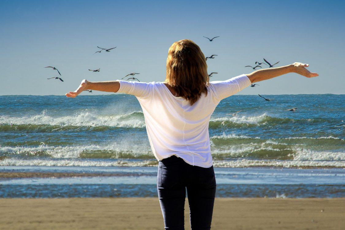 Ferien, Urlaubszeit, Frau am Meer