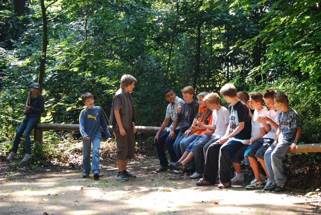 Jugendgruppe im Wald