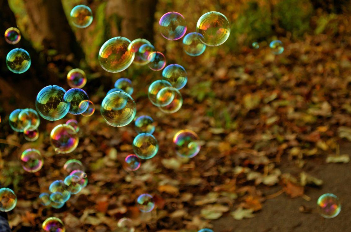 Seifenblasen und Herbstlaub