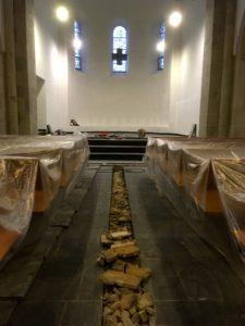Ein schmaler Kanal für Kabel und Leerrohre führt einmal längs durch den Schieferboden der Reformationskirche. Zur Zeit sieht er noch sehr unaufgeräumt aus.