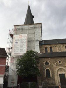 Banner am Turm der Reformationskirche Hilden, Foto Stephan Küpper