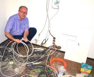 Elektrikermeister Burkhard Jordan präsentiert verschiedene Kabel, die in die Reformationskirche eingebaut werden.