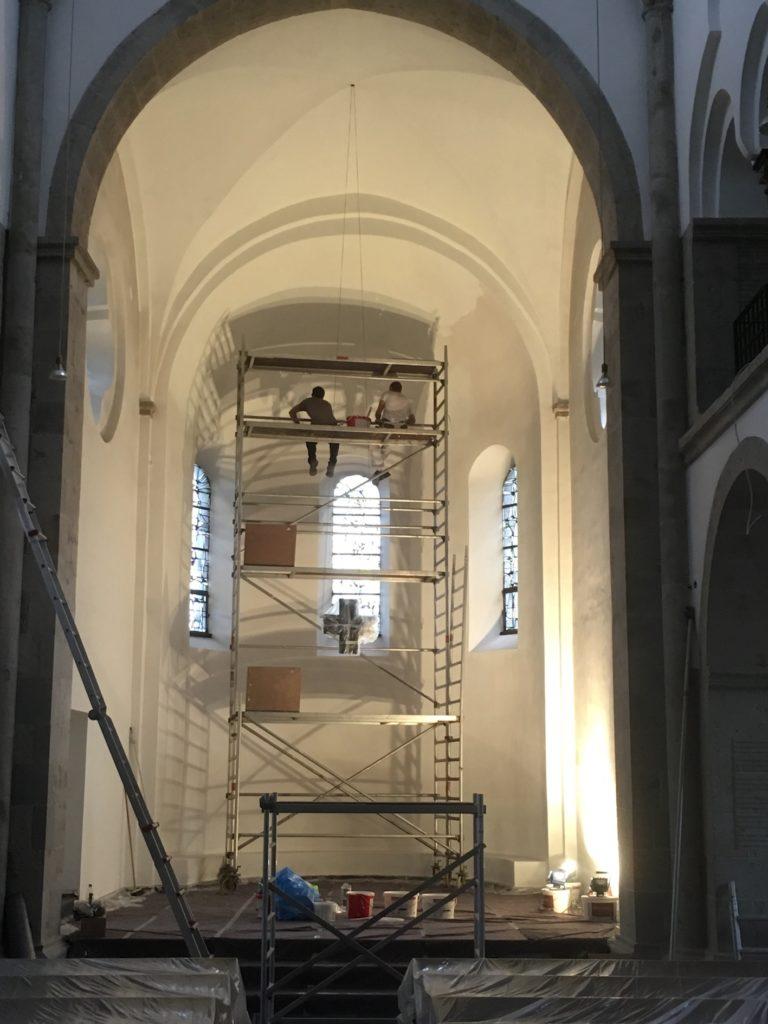 Die Reformationskirche wird innen mit spezieller Farbe gestrichen