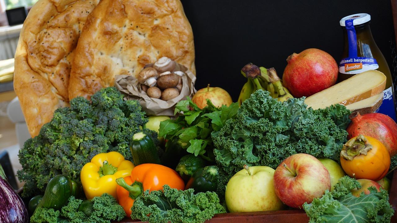 Brot, Milch und Käse sowie Gemüse und Obst zum Erntedankfest