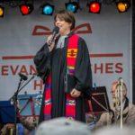 Pfarrerin Hagemann auf der Bühne