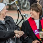 Pfarrerin Hagemann lacht mit einem Gemeindemitglied