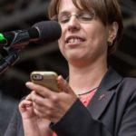 Pfarrerin Hagemann mit Handy