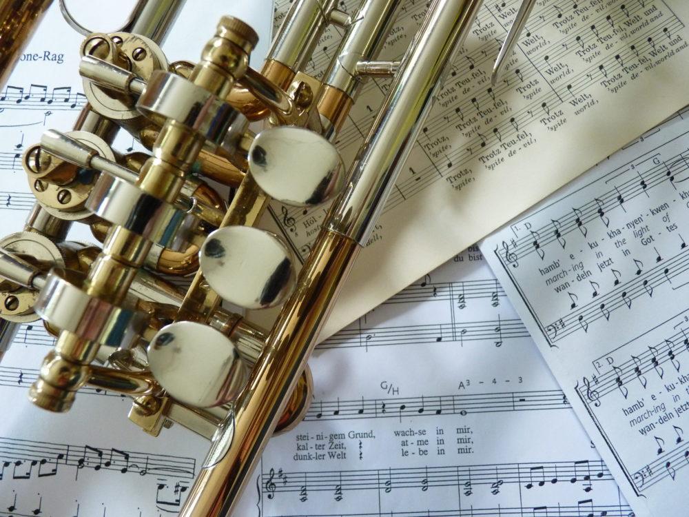 Instrument mit Noten im Hintergrund