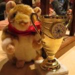 Chorausflug 2017 Chormaskottchen Joy und der Pokal