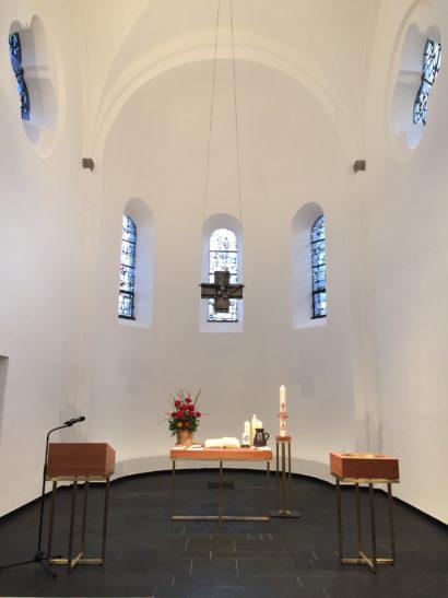 Der Altarraum der Reformationskirche mit neuem Abendmahlstisch, neuem Lesepult und neuem Taufbecken. Material: Messing und Birkenholz