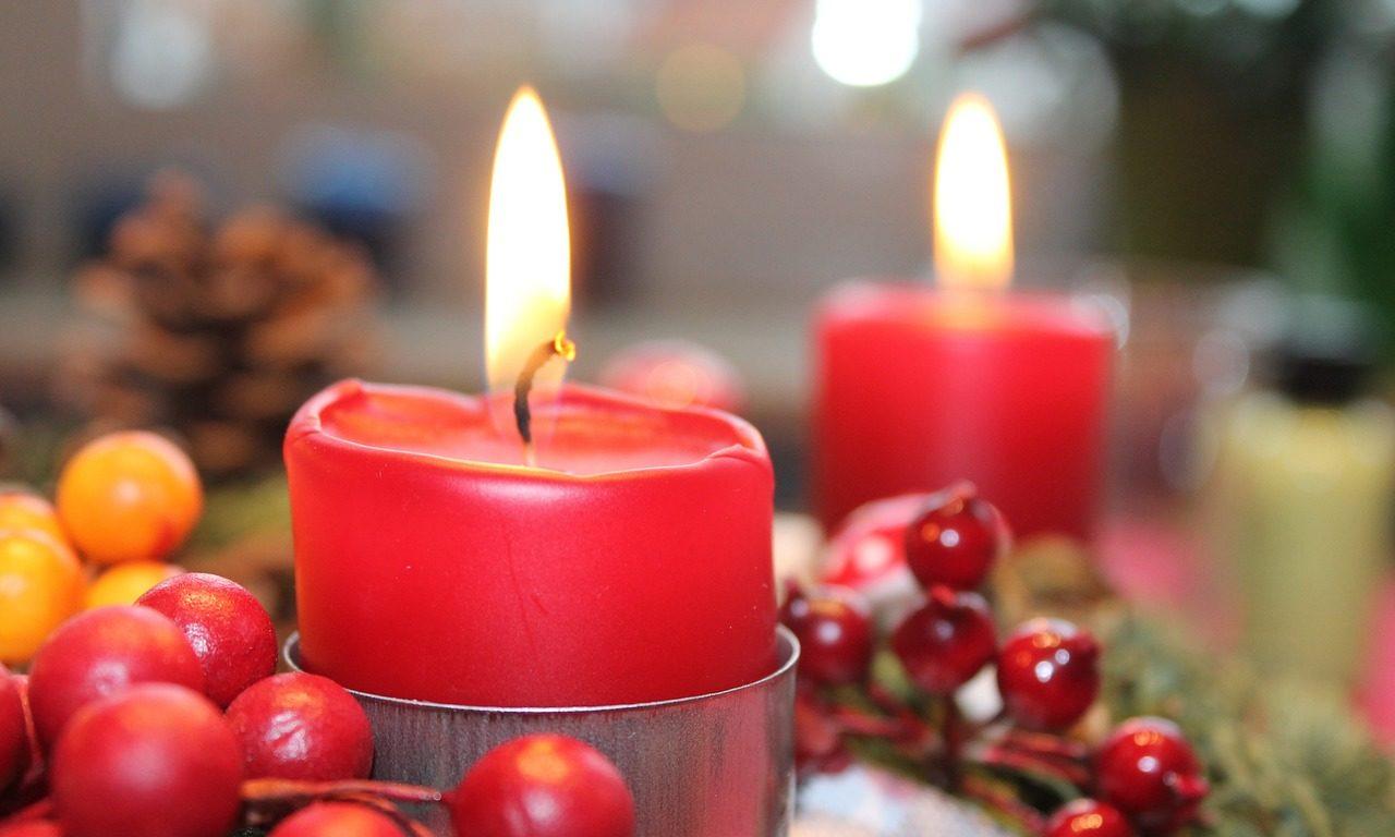 Nahaufnahme einer Kerze auf einem Adventskranz