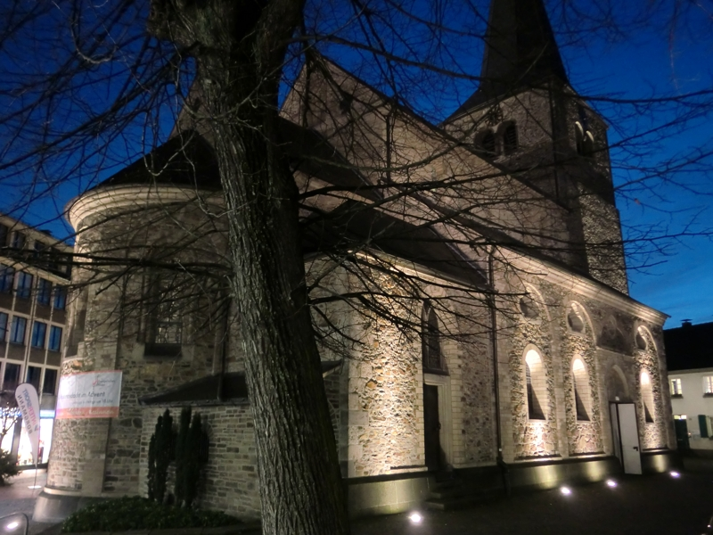 Ein Foto der Hildener Reformationskirche am Abend im Advent
