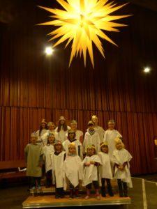 Kinder als Engelschor fürs Krippenspiel verkleidet
