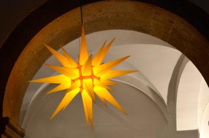leuchtender Stern in der Reformationskirche