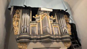 Ganz langsam kommt die Orgel unter der Folie hervor, in die sie eingepackt war