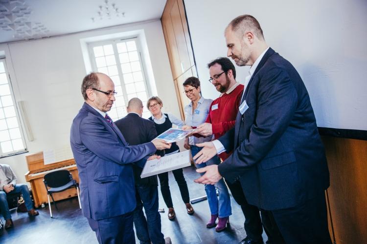 Urkundenübergabe durch Präses Manfred Rekowski