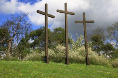 Karfreitag 3 Kreuze auf Wiese
