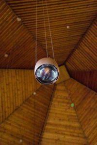Die neuen Lampen hängen höher als die alten, um den Blick auf das Kreuz frei zu geben.