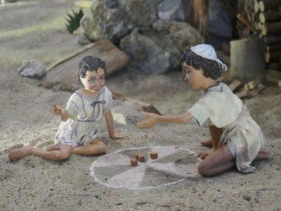 Zwei Kinderfiguren an der Krippe der Erlöserkirche