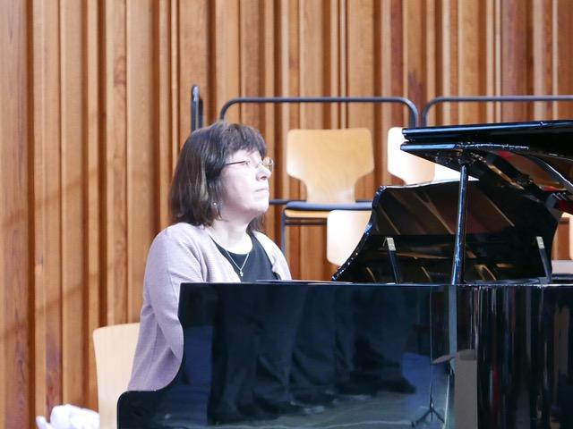 Pfarrerin Annette Braun-Wolf am Flügel