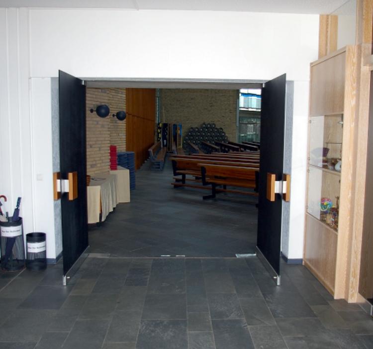 offene Tür Friedenskirche innen