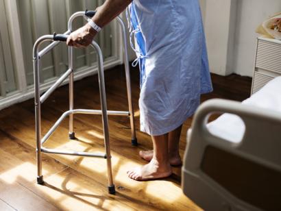 Patient mit Rollator im Krankenzimmer