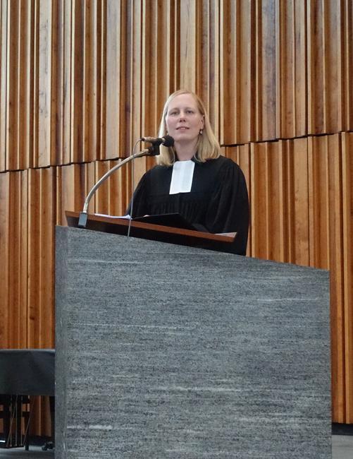 Pfarrerin Esther Pippig in der Friedenskirche