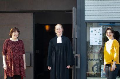 Pfarrerinnen Braun-Wolf, Pippig, Hagemann vor der Friedenskirche