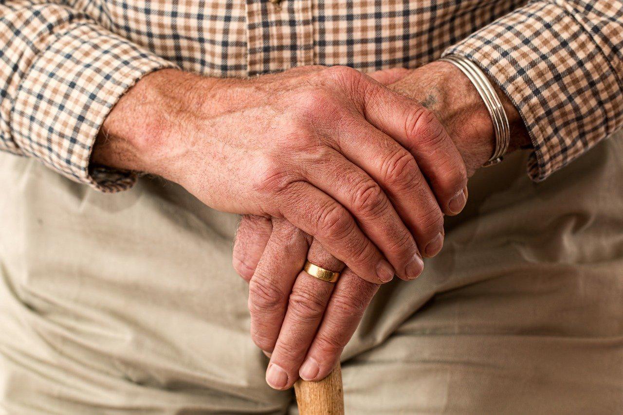 Hände eines älteren Mannes