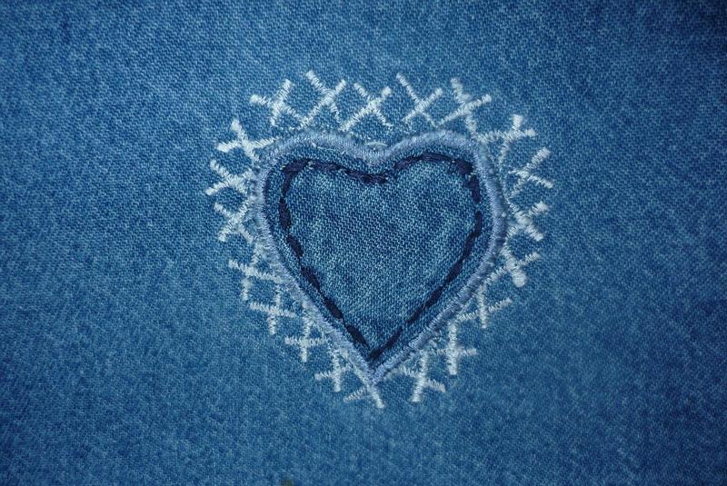 Jeans mit Stickerei in Herzform