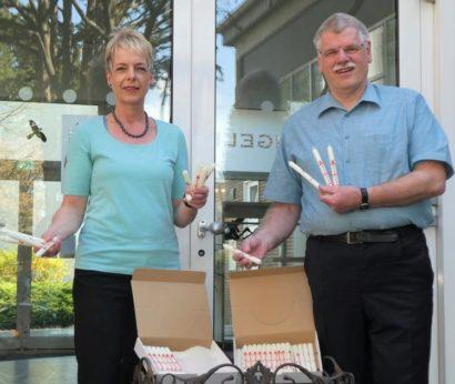 Pfarrerin Sonja Schüller und Pfarrer Joachim Rönsch mit Osterkerzen