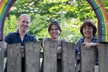 Pfarrerinnen Pippig, Hagemann und Braun Wolf im Kita Garten