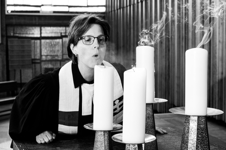Nicole Hagemann in Talar SW- Kerzen ausblasen in der Friedenskirche