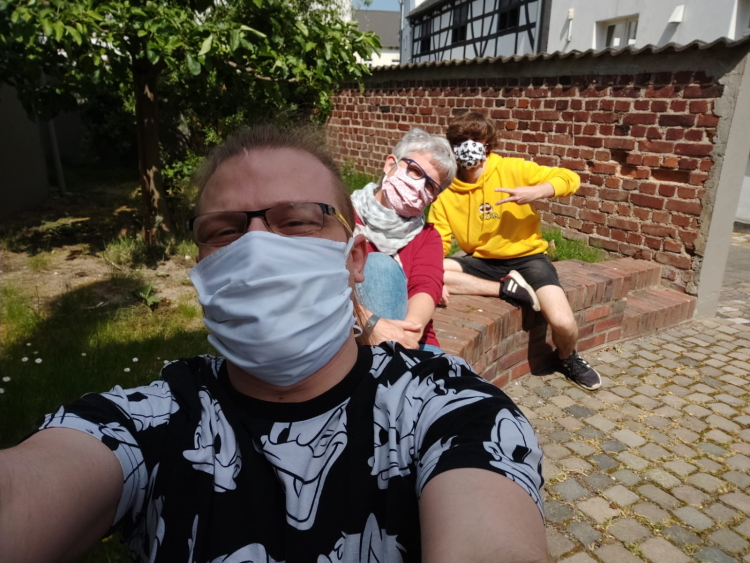Jugendmitarbeiter mit Mund Nasen Maske
