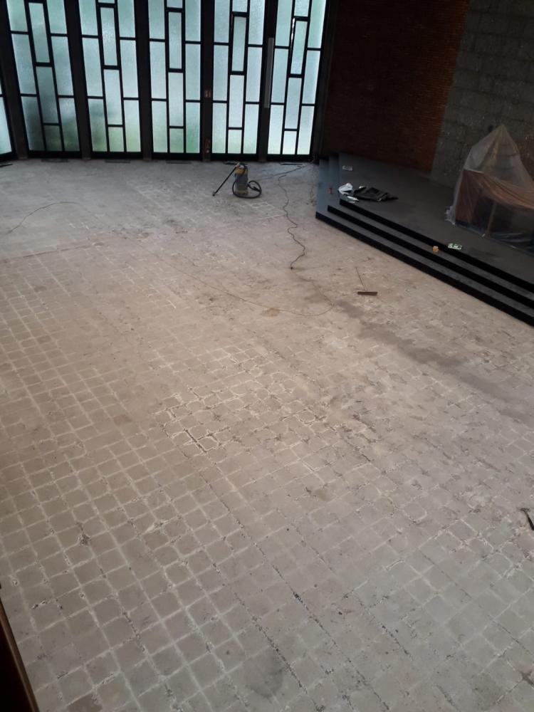 Der Kirchraum ist für den neuen Boden vorbereitet