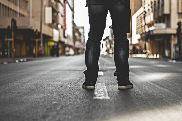 Mutig sein, Alleine auf der Straße stehen
