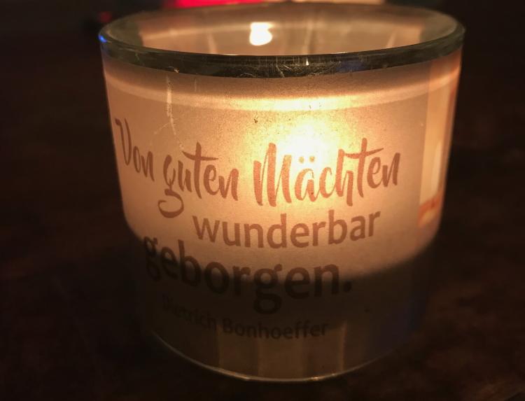 Kerze: Von guten Mächten wunderbar geborgen