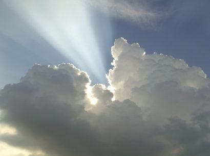 Lichtstrahl der aus den Wolken kommt