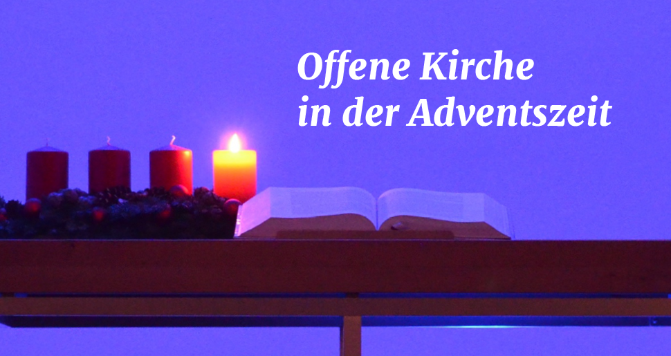 Vier Adventskerzen, eine davon angezündet