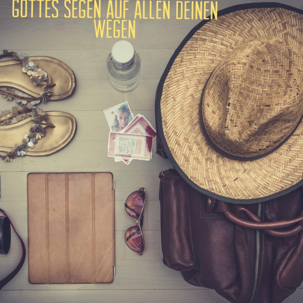 Alles, was ich für den Urlaub benötige: eine Sonnenbrille, ein Sonnenhut, eine Reisetasche und Sandalen.